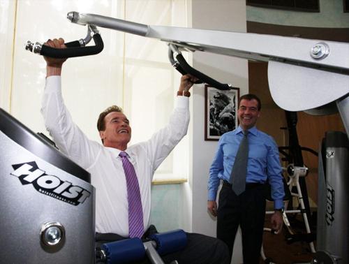 Знаменитости и спорт: Арнольд Шварценеггер и Дмитрий Медведев в тренажерном зале
